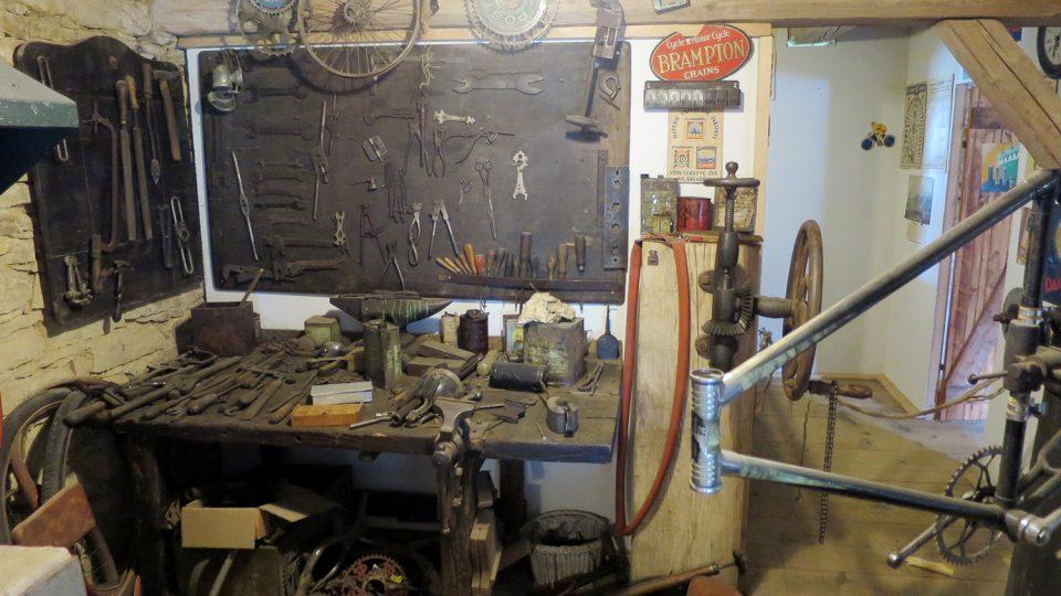 Součástí expozice muzea je také autentická historická opravna kol