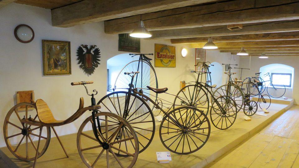 V první části expozice uvidíte nejstarší modely kol. V popředí je replika prvního typu jízdního kola, drezíny Karl von Draise z roku 1817