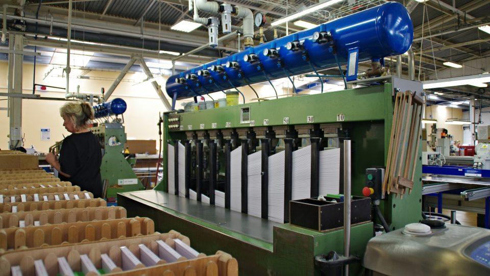 Jednotlivé lamely je nutné před kompletací metrů umístit do zásobníků stroje