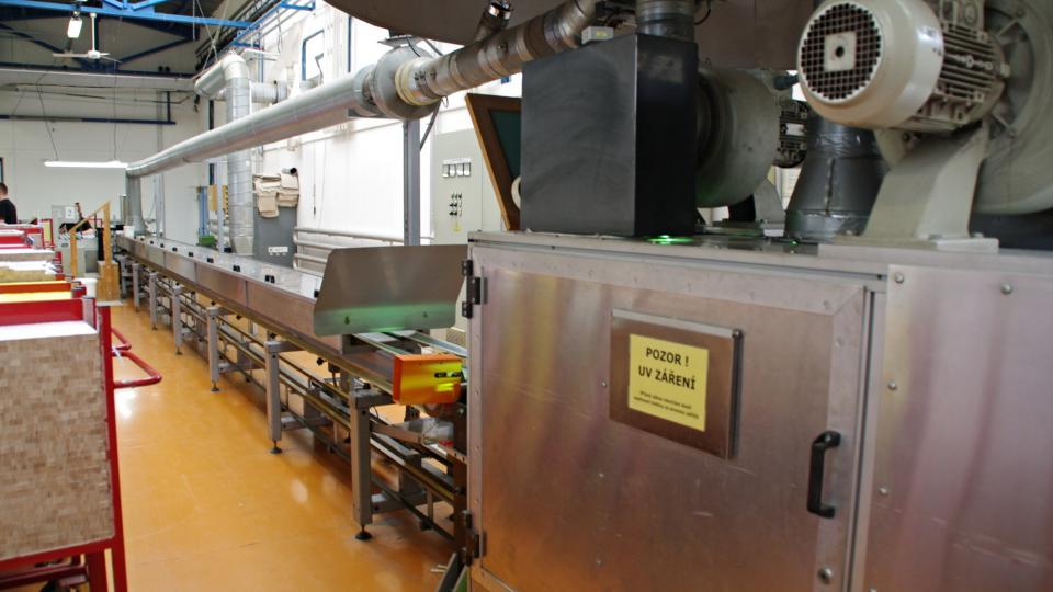 Po obarvení a tisku stupnice je nutné lamely přelakovat a vytvrdit v UV zářením
