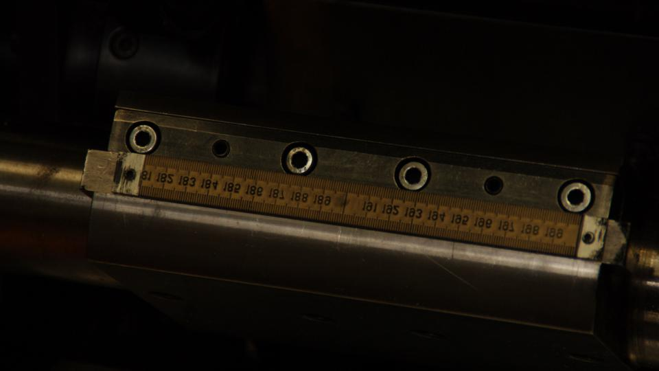 Tisk lamel zajišťuje stroj s gumovým razítkem
