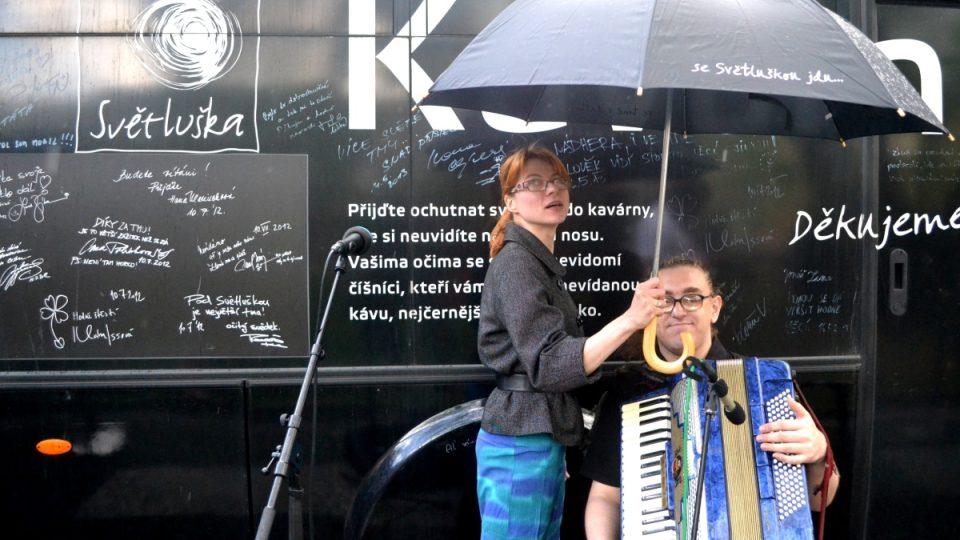Autobusová Kavárna POTMĚ se vydala na 6. tour reoublikou