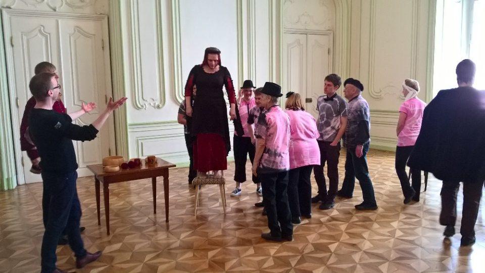 Komickou operu o vzniku lázní v Teplicích viděli návštěvníci tamního zámku