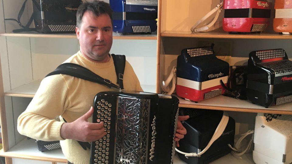 Pierre pracuje v nejstarším závodě na výrobu akordeonů ve Francii už dvaatřicet let