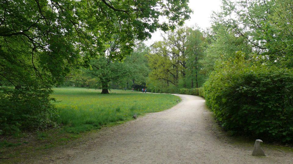 Cesty v parku jsou lemovány patníky z doby, kdy po nich jezdily kočáry