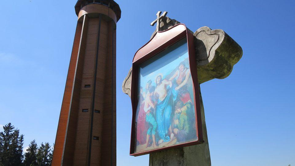 Rozhledna a historický kamenný kříž na vrcholu Křížové hory
