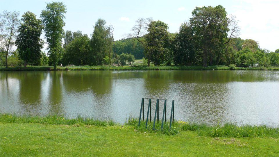 Ke kolostavu u Náveského rybníka v Žitné můžete přivázat i pramici