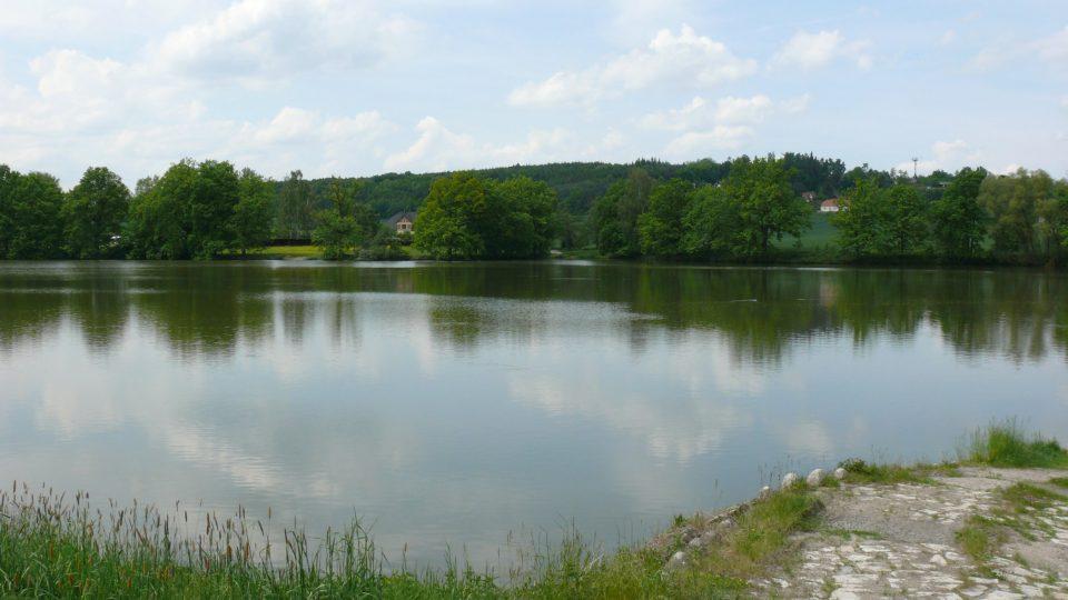 Rybník Podroužek je velký 30 hektarů