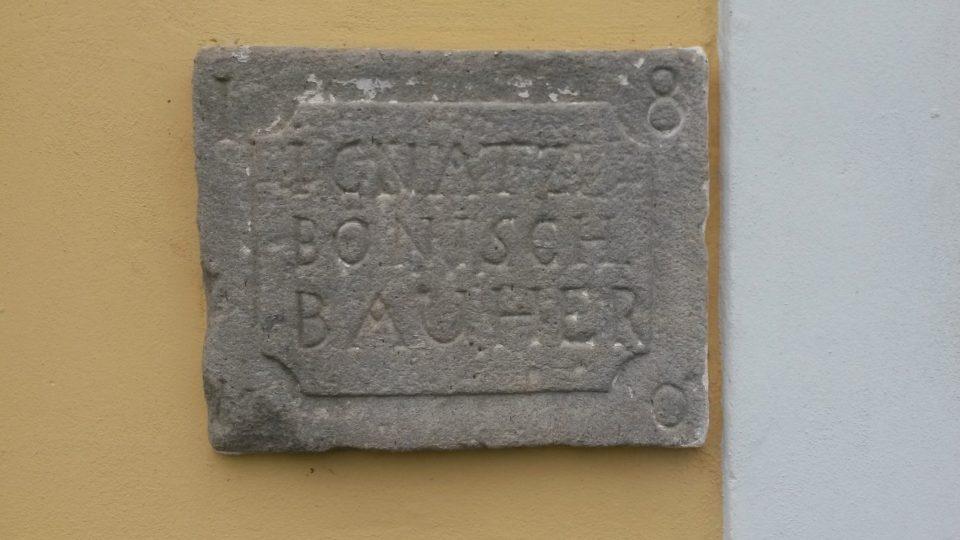 Pamětní deska připomíná jednoho z dávných majitelů mlýna