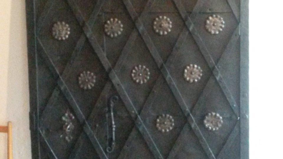 Tyto kované dveře jsou nejstarší částí mlýna. Mohou být staré i více než 400 let a jako jediné přežily požár v roce 1929