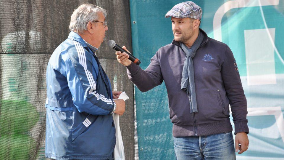 Patrik Rozehnal v rozhovoru s návštěvníkem akce