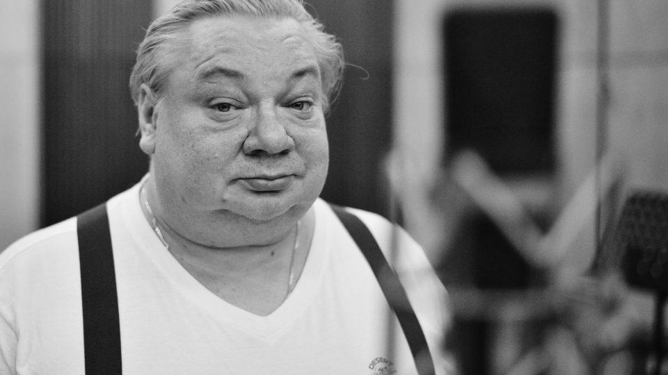 Norbert Lichý v ostravském rozhlase při práci na audio knize Den trifidů