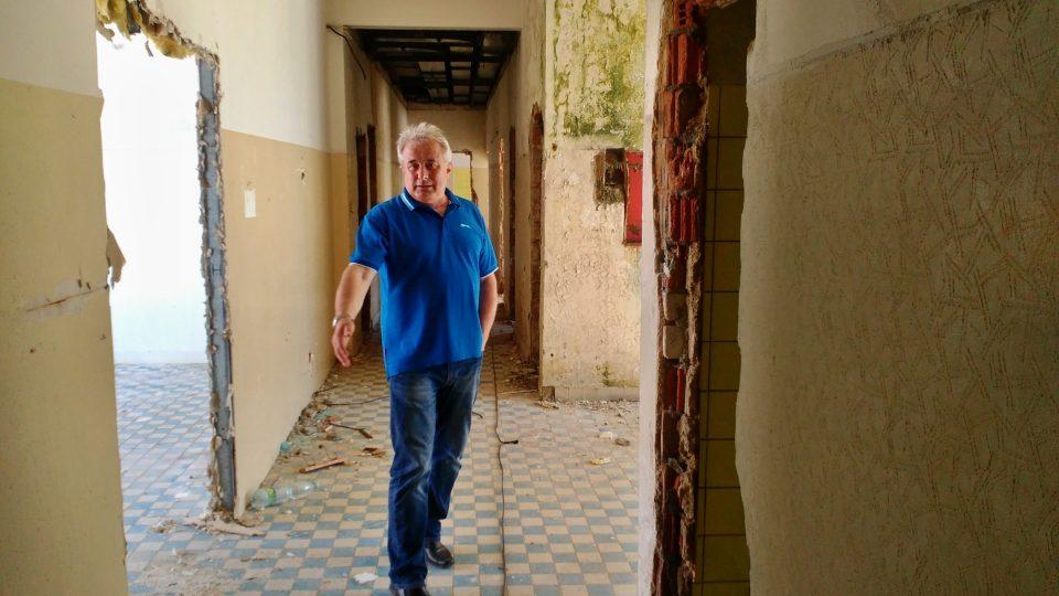 Starosta Nýrska Miloslav Rubáš nám ukazuje stav budovy bývalého zdravotního střediska, která bude zbourána. Demolice by měla skončit zhruba do poloviny června