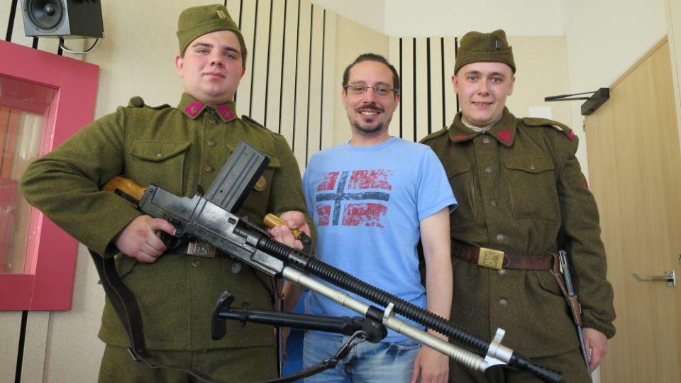 Nadšenci do vojenské historie, Jan Florian a Milan Povejšil z Náchoda, ve studiu Českého rozhlasu Hradec Králové