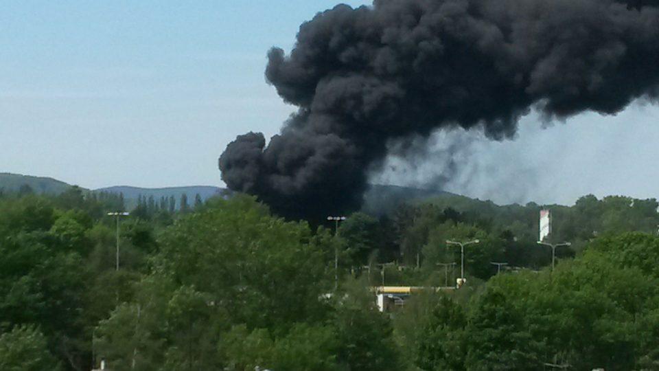 Hustý černý dým, který se valí z hořícího skladu liberecké Severochemy, je vidět i z centra Liberce
