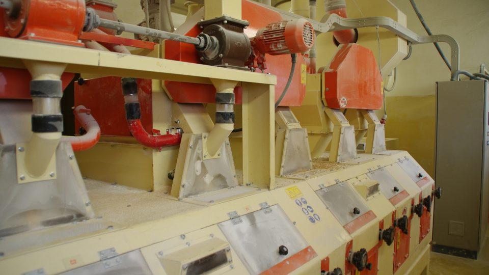 Najdeme zde i moderní mlynářské technologie