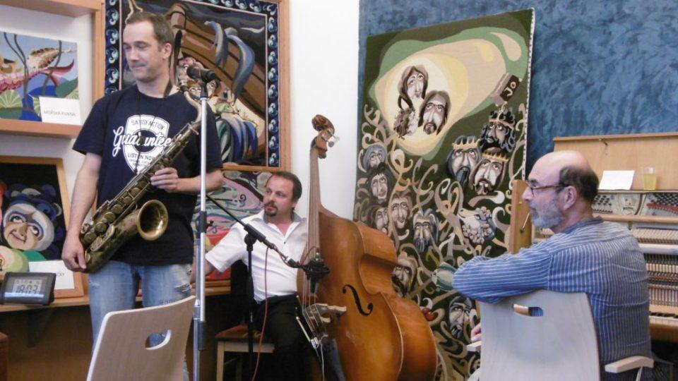 Petr Kroutil, Jiří Polydor a Antonín Šturma v radioklubu Českého rozhlasu Hradec Králové