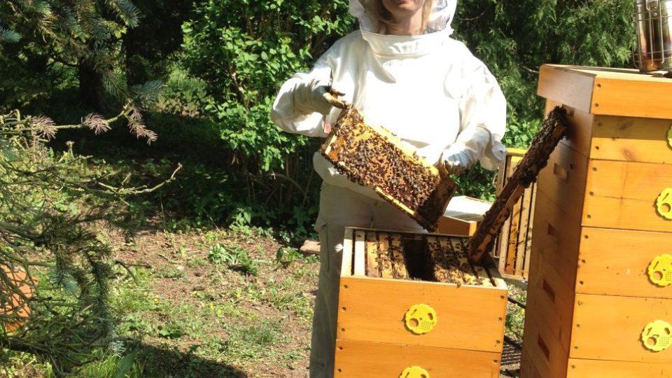 Včelařky Romana Pacáková s Kristýnou Štanderovou
