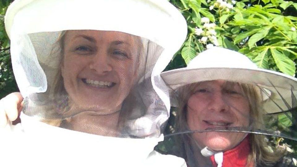 Včelařky Romana Pacáková a Kristýna Štanderová