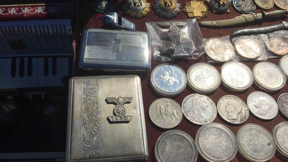 Mince, medaile, vyznamenání, předměty z výbavy nacistického wehrmachtu na bleším trhu