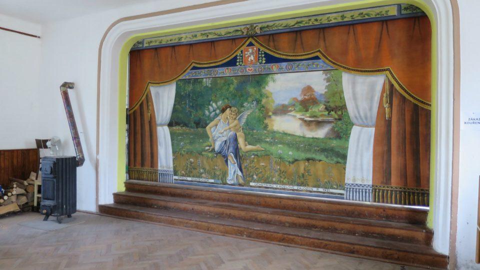 Malovaná opona v divadelním sále staré hospody v Kozlově