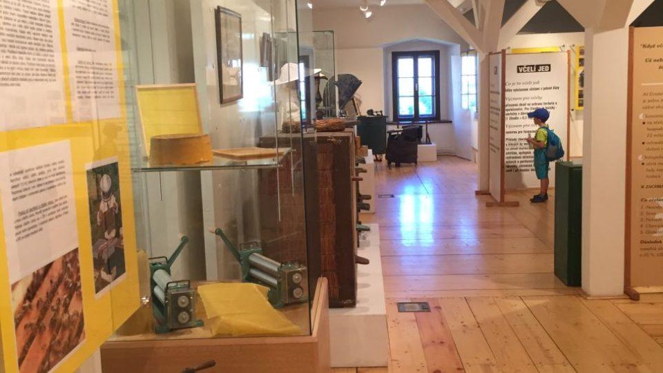 Výstava s názvem Královédvorští včelaři, která je uspořádána k 125. výročí jejich včelařského spolku