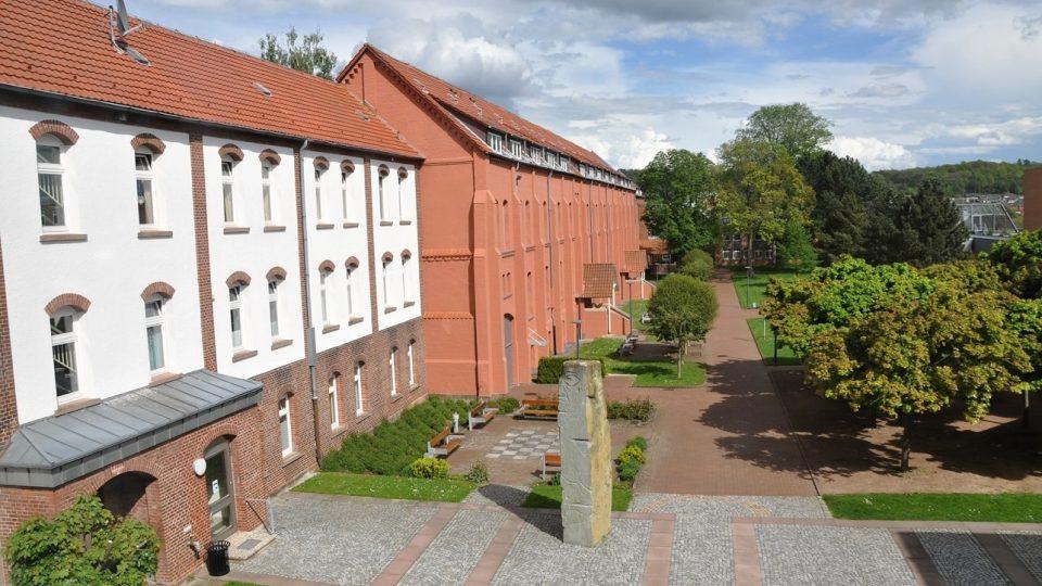 Budovy bývalého koncentračního tábora v Moringenu dnes slouží jako psychiatrická léčebna