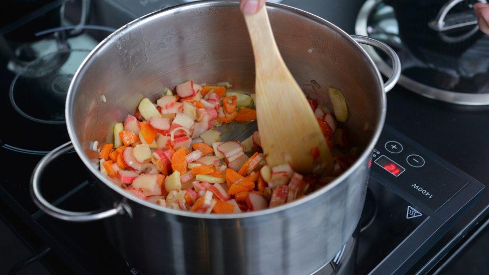 V kastrolu orestujeme na kostičky nakrájenou slaninu a nastrouhanou zeleninu