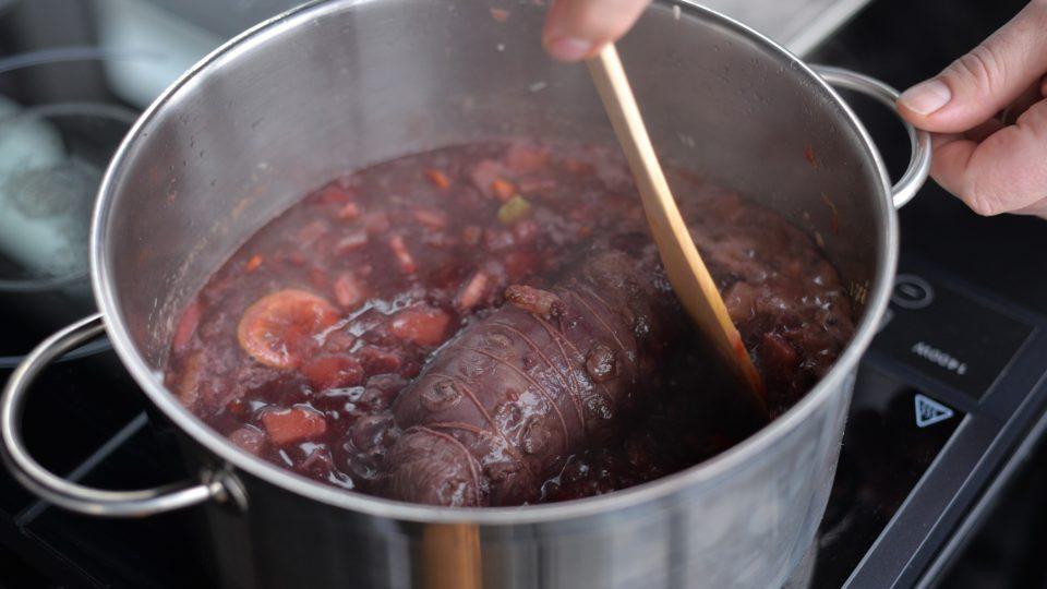 Zatažené maso přidáme do kastrolu se základem, přidáme nakrájenou rebarboru, divoké koření a zalijeme vínem, vývarem a dusíme