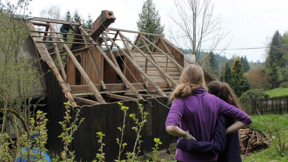 Nadšenci z osady Kopec stěhují 200 let starý podstávkový dům na jiné místo