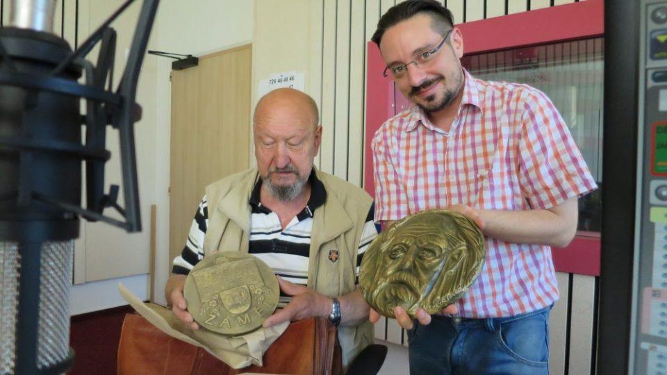 Kovolijec Jindřich Janeček s moderátorem Jakubem Schmidtem