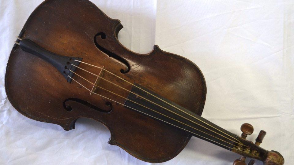 Dudácké housle krátké, 4 strunné. Datace 2. polovina 19. století. (Do muzea dne 24. 1. 1924 daroval František Haloun z Plzně)