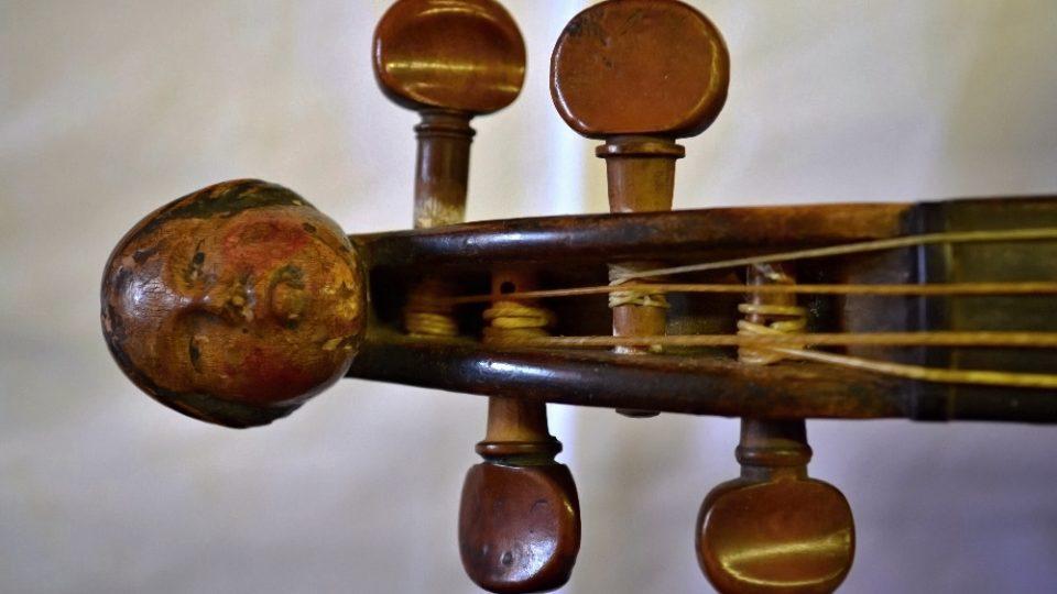 Detail řezané hlavičky u krátkých, dudáckých houslí