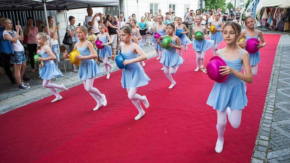 Slavnost Posousedsku 2017 nabídla kulturní program pod širým nebem před Jihočeským divadlem a v blízkém okolí