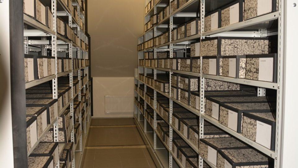Depozitář s herbářovými položkami Jihočeského muzea, kde pracuje botanik Martin Lepší