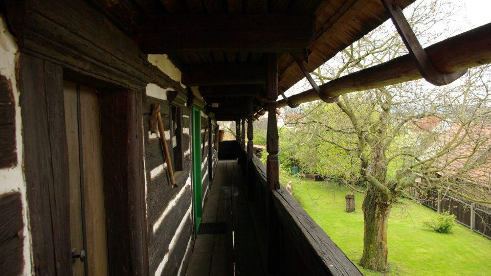 Na pavlači Šolcárny, vpravo jsou dřevěné okapy