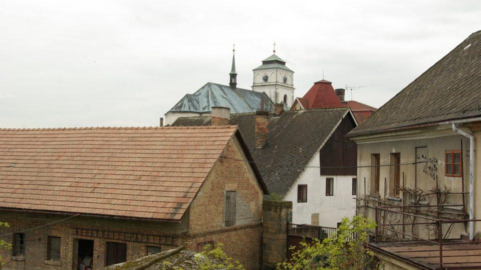 Pohled z pavlače Šolcova statku v Sobotce, vzadu je kostel sv. Maří Magdalény