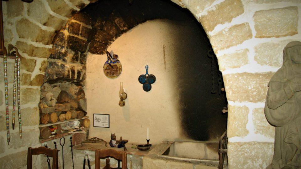 Ve vstupní části se dochovala původní černá kamenná kuchyně