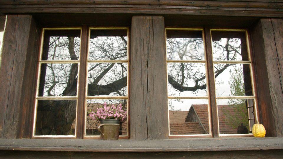 Zrcadlení v oknech Šolcova statku v Sobotce