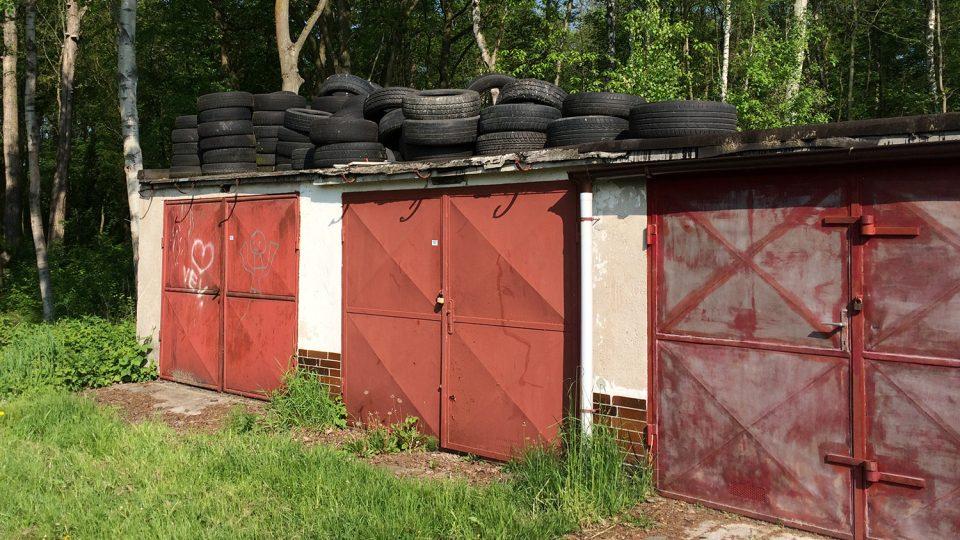 Na jedné z garáží je i skládka pneumatik