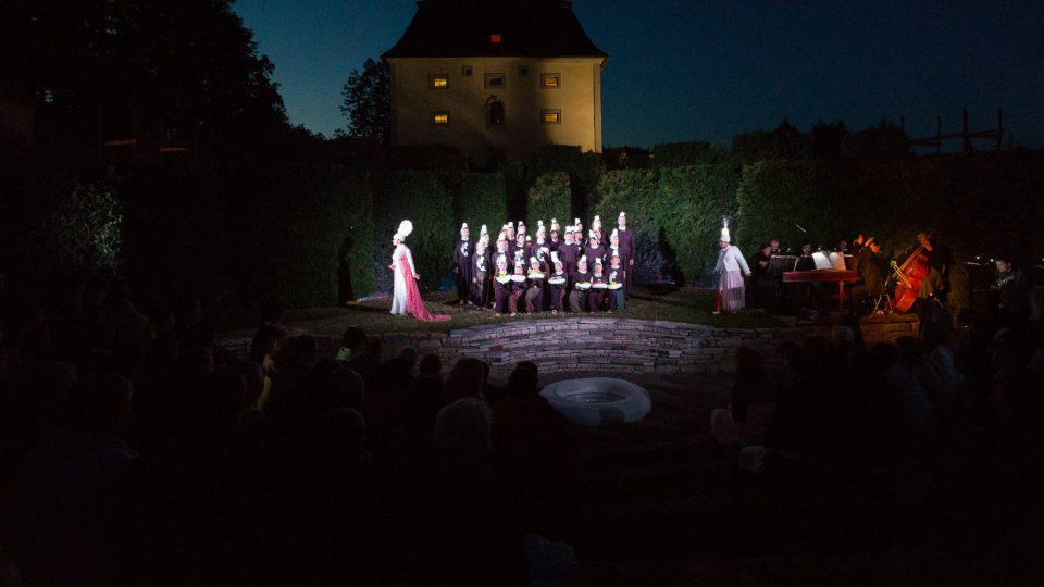 Externí koncerty a představení probíhají i v areálu zámku Nové Hrady
