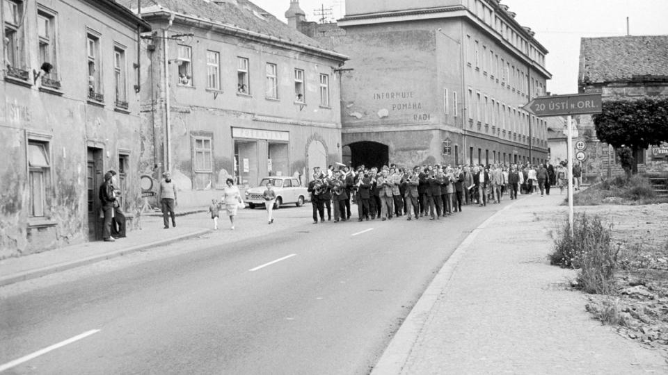 Litomyšlané doprovázejí členy pražského Národního divadla k nádraží, rok 1974