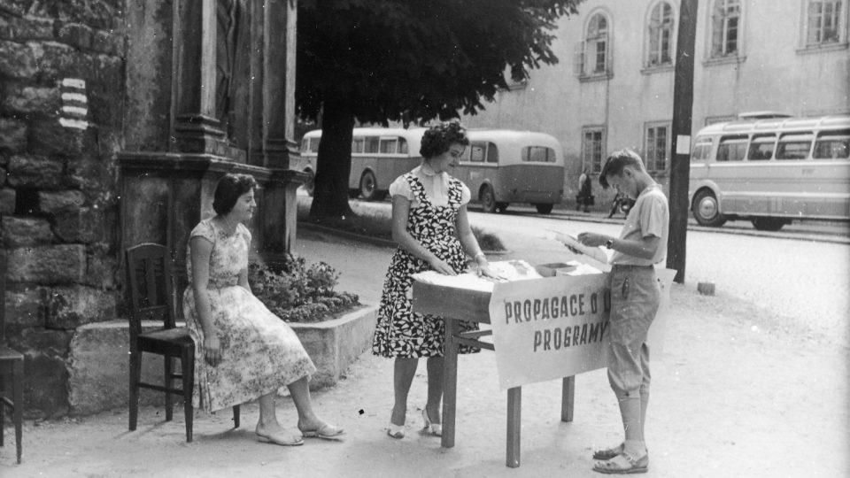 Prodej festivalových programů na Smetanově Litomyšli v padeátých letech