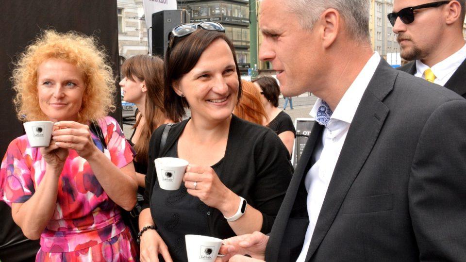 Kavárna POTMĚ vítá hosty na náměstí Republiky