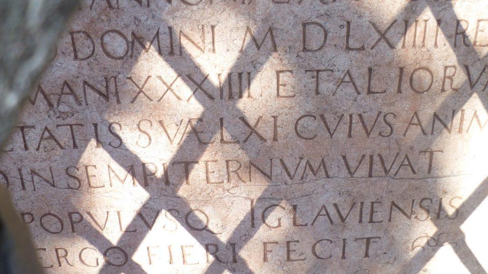 Latinský nápis je dobře čitelný