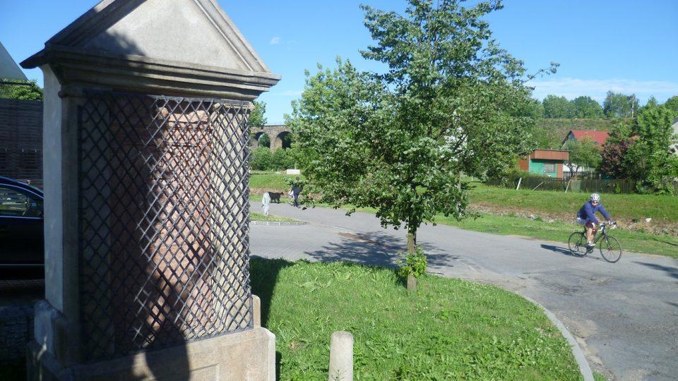 Památník královské přísahy stojí jen pár metrů od břehu řeky Jihlavy