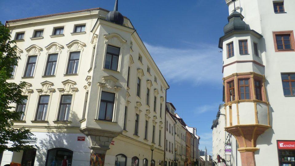 V těchto dvou domech přespal Ferdinand I. s manželkou. Mezi okny byla na tu jednu noc lávka