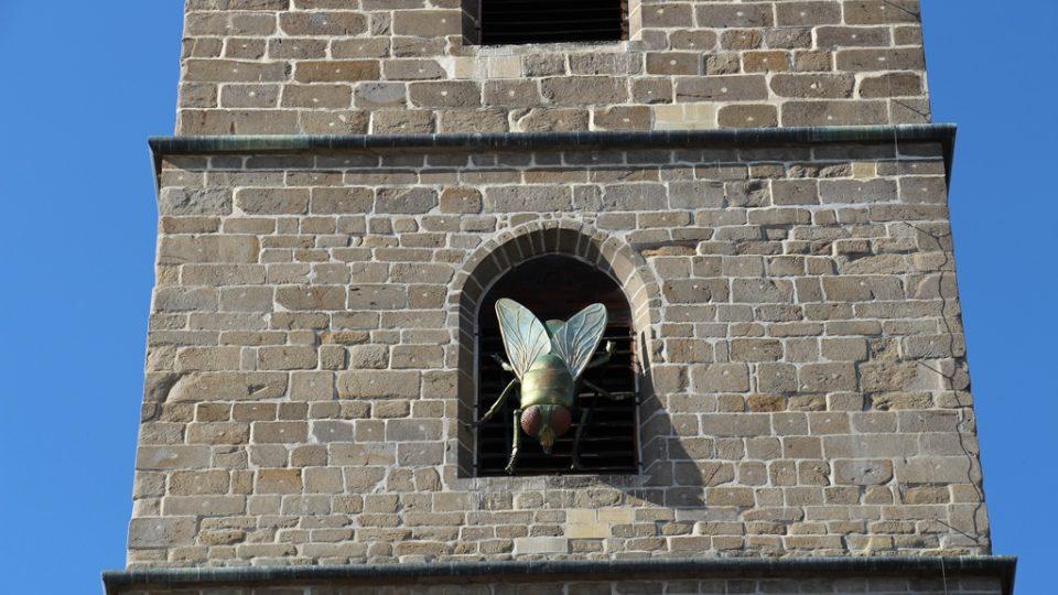 Velké sochy se opět objevily v centru Českých Budějovic. Už podesáté se koná přehlídka Umění ve městě. Na snímku Moucha Michala Trpáka na Černé věži