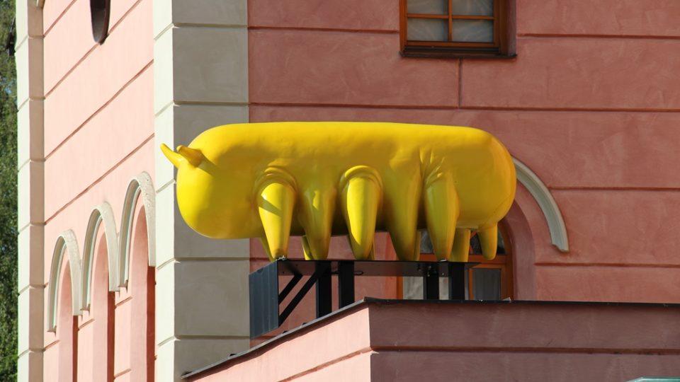 Velké sochy se opět objevily v centru Českých Budějovic. Už podesáté se koná přehlídka Umění ve městě. Na snímku Mazlík Michala Trpáka na budově hotelu Budweis