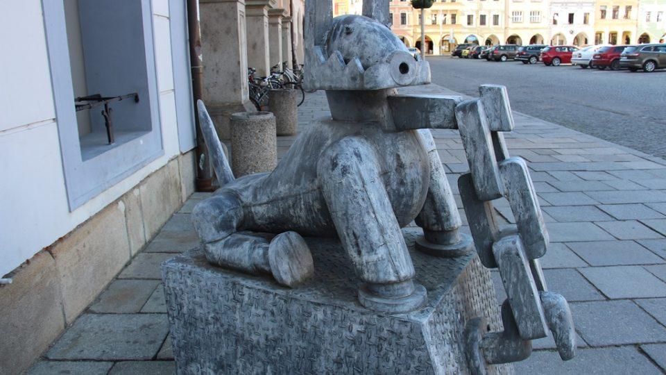 Velké sochy se opět objevily v centru Českých Budějovic. Už podesáté se koná přehlídka Umění ve městě. Na snímku Pes Zdeňka Ruffera na náměstí Přemysla Otakara II.